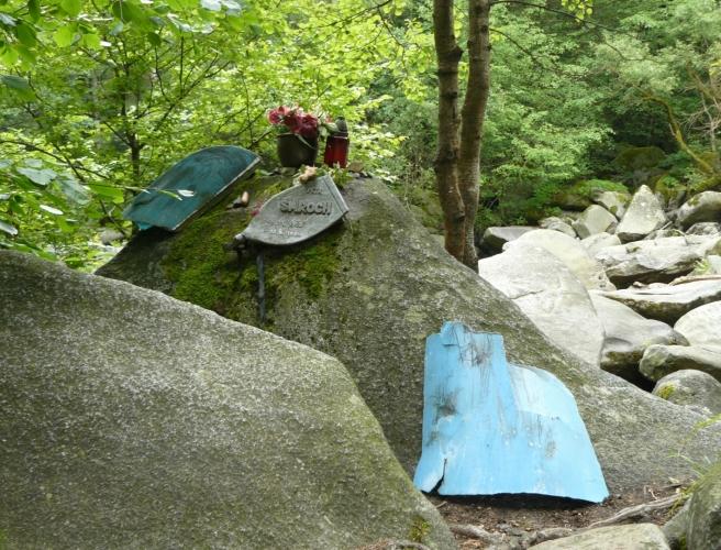 Pomník vodákovi u jedné z nejtěžších vod v Česku, která se dá jet, jen pokud pouští z Lipna více vody.