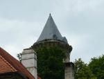 Vrchol věže Jakobínka chráněný plachtou před nepříznivými vlivy.