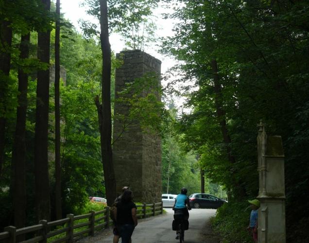 Bývalý viadukt či akvadukt za hradem v sedýlku, kterým vede silnice k zámku.