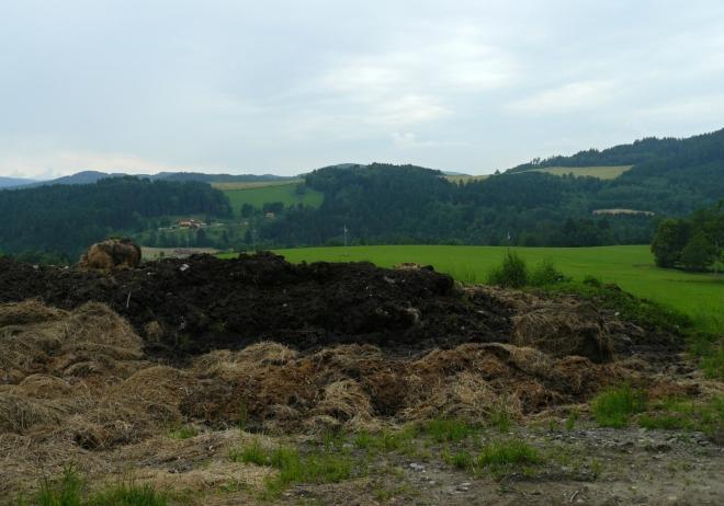 Krajina za Rožmberkem, Vltava bude někde dole v údolí. Hromada hnoje jako bonus, aby fotka nebylo nudná :-)