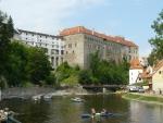 Pohled na krumlovský zámek od Vltavy, v této době samozřejmě plné vodáků