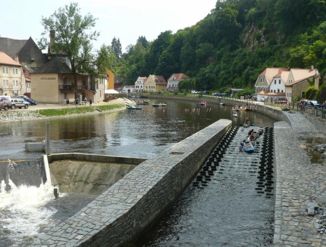 Jez v Českém Krumlově se šlajsnou pro vodáky, která obsahuje brzdící pásy.