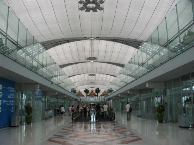 Esteticky zajímavé letiště Bangkok-Suvarnabhumi patří k těm nejvytíženějším v Asii. Do provozu bylo uvedeno v roce 2006 jako náhrada stařičkého letiště Don Mueang.