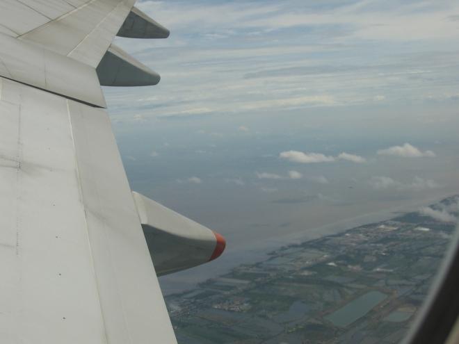 Na zbývající tři hodiny letu se dostávám k okénku, takže můžu v omezené kvalitě poskytnout i pár výhledů na jihovýchodní Asii. Takto vypadá thajské pobřeží poblíž Bangkoku, všude intenzivní zemědělská činnost.
