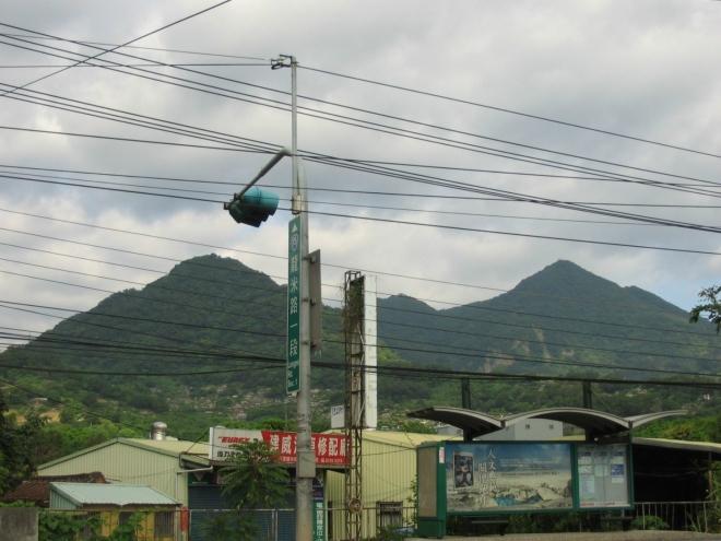 Tchajwanské hory jsou mladé, zelené, strmé a značně vysoké, nejvyšší vrchol ostrova, Jü-šan (Yushan), má skoro čtyři kilometry. Ze všech ostrovů na světě byste vyšší hory našli pouze na Nové Guineji, Borneu a Havaji. Kopce na obrázku nejsou žádnými rekordmany, vzdálenější z nich lehce přesahuje 600 metrů.