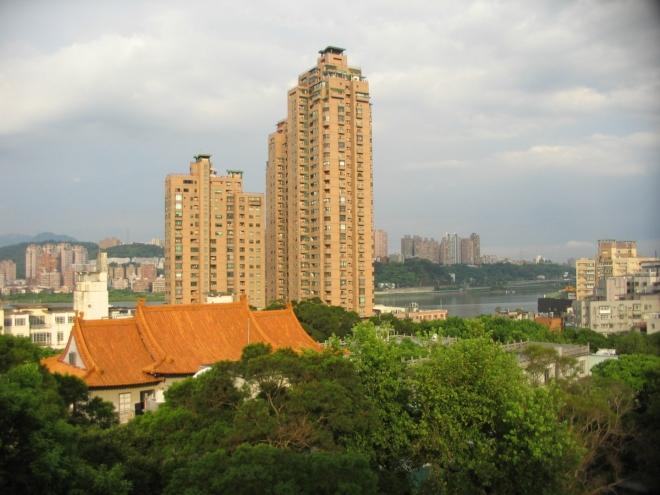 Výškové stavby ve čtvrti Pa-li, pravděpodobně obytné domy. V pozadí řeka Tan-šuej.