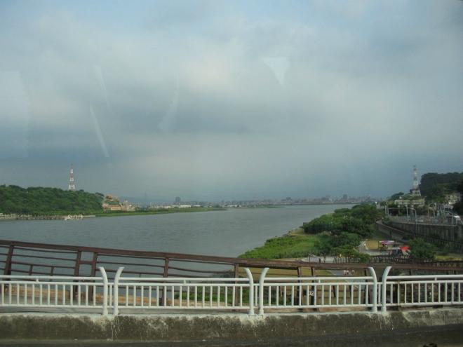 Velkou část fotek tady na Tchaj-wanu bohužel musím pořizovat přes okno autobusu. Výhled na řeku Tan-šuej (proti toku).
