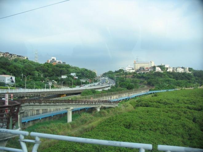 Řeka o čtyři kilometry dál ústí do Tchajwanského průlivu, není tedy divu, že zde hojně roste mangrove.