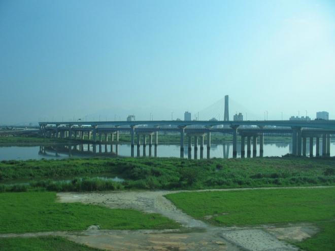 Hlavní tchajwanské silniční tahy jsou velmi často vedeny nad zemí (a to nejen přes řeky, jako v tomto případě :)). Výstavba je asi pracnější, ale zato pak taková dálnice mnohem méně překáží v krajině. A místní k tomu určitě mají i další důvody.