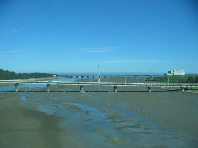 Západem ostrova vedou od severu na jih dvě zhruba souběžné dálnice, které se místy kříží. Jedno křížení máme za sebou a teď se pohybujeme blíž k pobřeží, chvílemi dohlédneme až k moři.