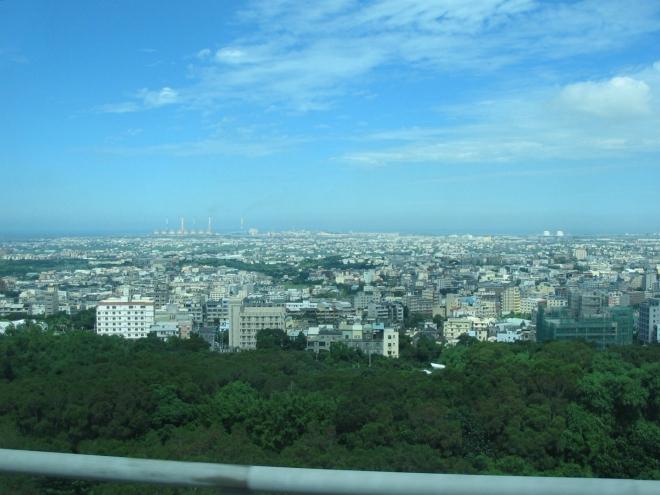 Bohužel nám naši vůdci a průvodci nesdělují ani sebemenší informace o tom, kudy projíždíme a co zrovna vidíme, jak by se u výletu tohoto typu dalo čekat. Toto je zřejmě Tchaj-čung (Taichung), třetí největší město ostrova s 2,6 mil. obyvatel.