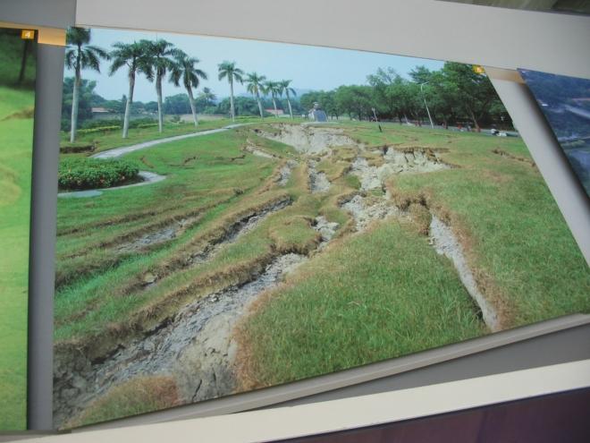 V muzeu je vystaveno mnoho fotografií zobrazujících škody způsobené v jiných částech ostrova. Všude potrhaná země, zbořené silnice, mosty, domy, hráze a další.