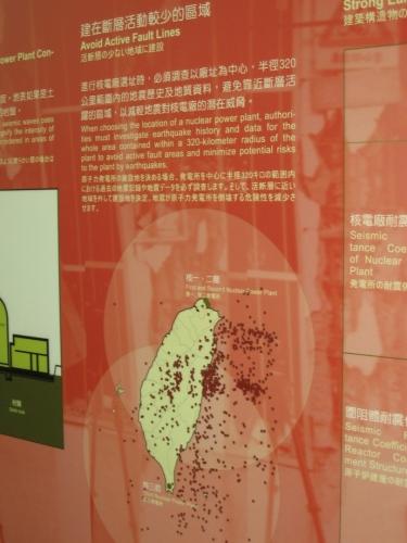 """Tři tchajwanské jaderné elektrárny jsou umístěny na """"špičkách"""" ostrova (zelené puntíky), což jsou s ohledem na historii výskytu silnějších otřesů (červené puntíky) relativně bezpečné lokality, aspoň v tchajwanských měřítkách."""