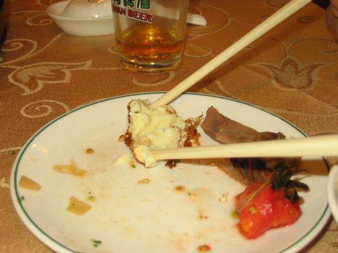 Dnes musíme převážně používat hůlky, takže ti méně šikovní se moc nenají. V pozadí sklenička na tchajwanské pivo, v níž je ovšem nalitý džus (místní pivo jinak není vůbec špatné).