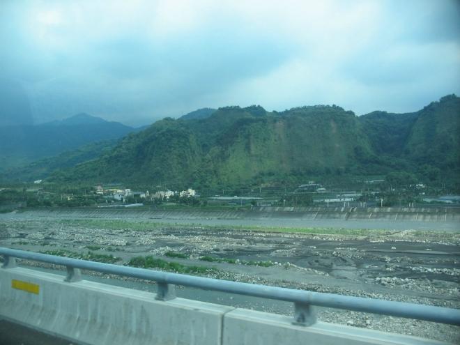 Nadzemní dálnice vede čím dál hlubším říčním údolím.