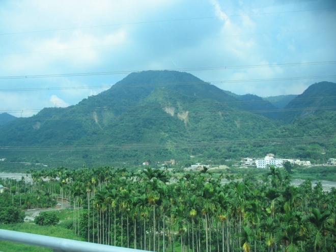 Kopcovitý reliéf je vítanou změnou, projíždíme však zrovna tou nejméně hornatou oblastí, jakou lze ve střední části ostrova najít, okolní vrcholy jen zřídka přesahují 800 m.