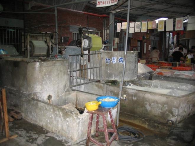 Turistům byla továrna zpřístupněna v roce 1994, kdy se rodina Chuang (Huang), která tento podnik provozuje už několik generací, rozhodla, že je třeba otevřít se veřejnosti a trochu tak tradiční ruční výrobu zpopularizovat, což se tímto povedlo. Zatímco továrna běží na sto procent, potulují se zde hloučky návštěvníků s průvodci, aniž by komukoliv překážely.