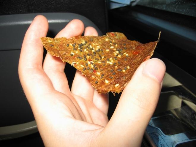 V autobuse ještě ochutnáváme místní papírové sušenky. Jsou sice trochu dřevnaté, ale jinak dobré.