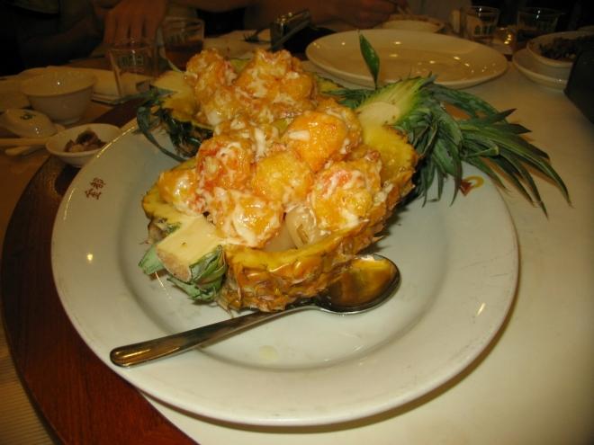 Toto jsem podle vzhledu považoval za nějaký sladký dezert, jde však o krevety v těstovém obalu. Ale sladké je to samozřejmě i tak, takže nakonec všechno v pořádku.