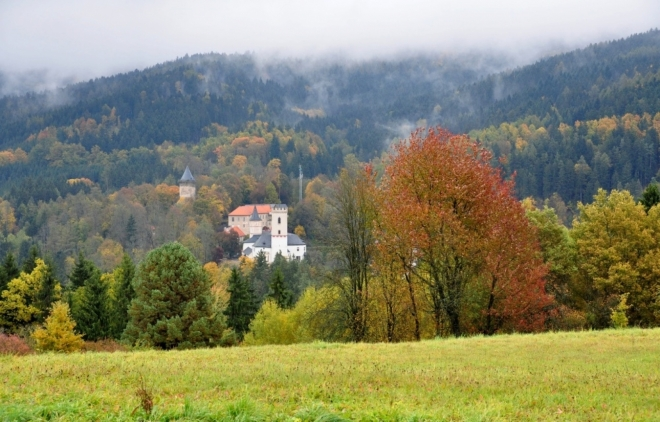 Výhledy k hradu a vrcholu Na rozhledu (854 m n. m.).