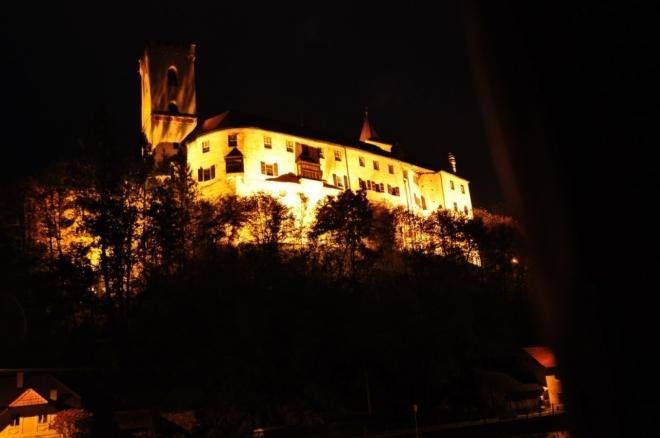 Po setmění svět se mnění a s ním i pohled na hrad Rožmberk.