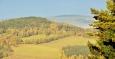 Ostrý (733 m n. m.) a v pozadí Poluška (919 m n. m.).