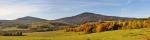Od Ktiše máme jako na dlani Chlum (vpravo -1 191 m n. m.) i Velký Plešný (1 066 m n. m.)