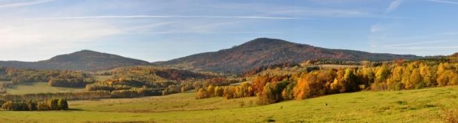Od Ktiše máme jako na dlani Chlum (vpravo - 1 191 m n. m.) i Velký Plešný (1 066 m n. m.)