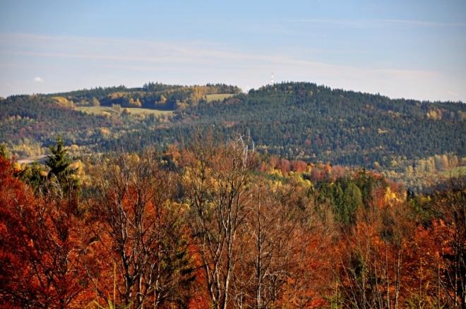 Mackův vrch (904 m n. m.) a Ktišská hora (911 m n. m.) jsou necelý 1km od sebe, oddělené jen mělkým sedlem, kde bývala samota Ktiška.
