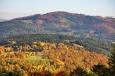 Bulový (953 m n. m.) a sousední Albertov hřebenam směřuje na sedlo Rohy a ke Kleti (Blanský les).