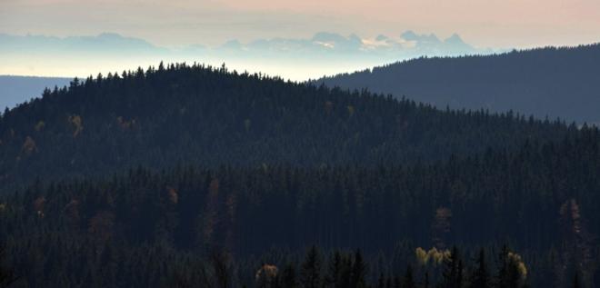 Kopec vpředu neurčím (Kmet?), ale za ním vzdálený Dachstein (2 996 m n. m.) ano. Na rozdíl od vrcholku v popředí jsem na něm již stál.