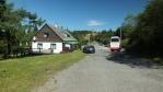 pokračujeme ze sedla pod chatou ...Masarykova chata je vidět i z asfaltky, která je tady hřebenovkou ...
