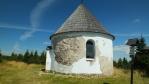 kompletní oprava kaple a její fasády byla v roce 2004 a jak je vidět, ani nejnovější fasádní hmoty neodolají horskému počasí ...