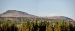 Na dosak se zdají vrcholy Roklanu z Modravské hory. Ta je dnes bezlesá a poskytuje výtečné výhledy k hraničním horám.