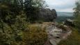 každou chvili je nějaká vyhlídka na údolí pod skalami a na obzoru ležící Orlické hory ...