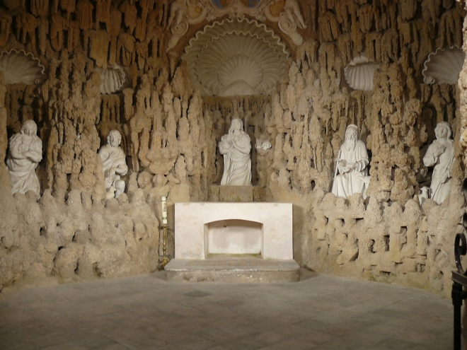 Kaple sv. Máří Magdaleny nebo také Plzeňská kaple působí dojmem zdobené jeskyně. Foceno z vnějšku areálu, do kaple se vstoupit nedalo.