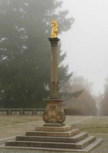 Zlacená socha Panny Marie svatohorské uprostřed prostranství před Pražskou bránou
