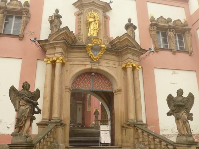 Pražská brána, vzadu je vidět kus otevřené kaple