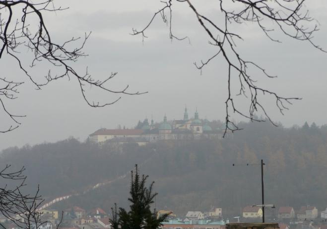 Svatá Hora z protějšího svahu (z ulice stoupající ke kostelu sv. Prokopa), dole je vidět kryté schodiště. Dopolední mlhy se naštěstí z větší části roztrhaly.