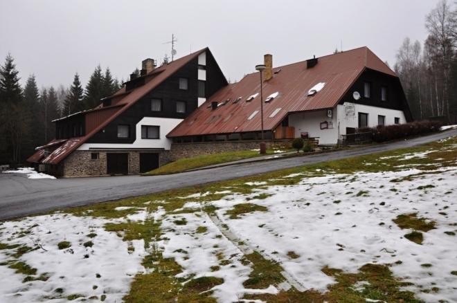 Chata na Losenici poskytuje ubytování a je zde restaurace, dnes bohužel zavřená.