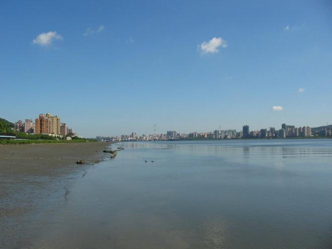Řeka Tan-šuej se před svým ústím stáčí doleva, jinak bychom odtud asi dohlédli až k moři.