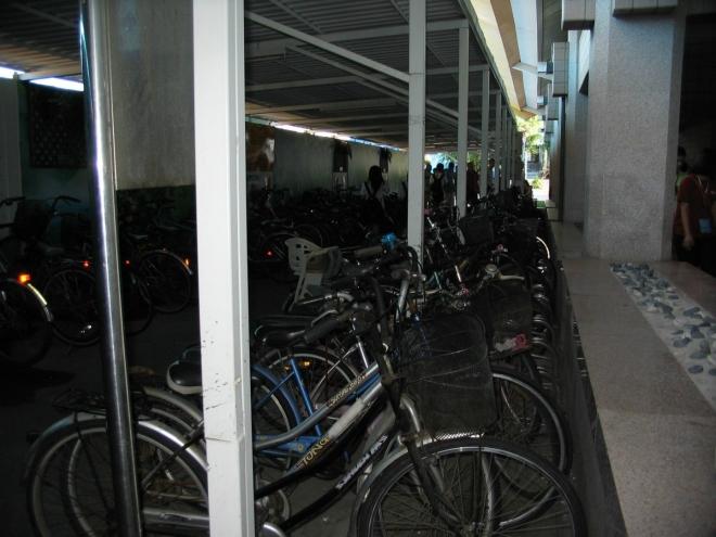 Tchaj-pej neovládají jen jezdci na skútrech, ale také cyklisti, jak dokládá toto parkoviště při stanici metra.