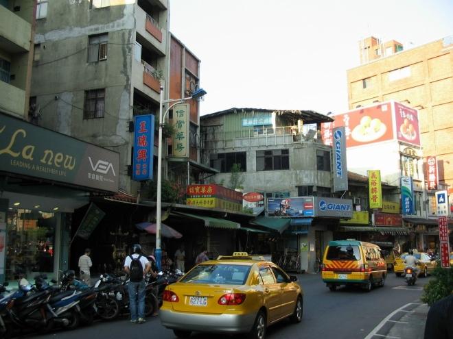 Zamířili jsme do ulice Čung-čeng (Zhongzheng), v níž se mačká jeden obchod vedle druhého. Už brzo se tady noční trh rozjede naplno.