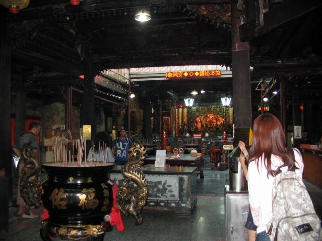 Velkým kulturním zážitkem je návštěva chrámu Fu-jou (Fuyou) v téže ulici. Tento chrám byl postaven roku 1796 a je zasvěcen Ma-cu (Mazu), čínské bohyni moře, která má ochraňovat rybáře a mořeplavce.