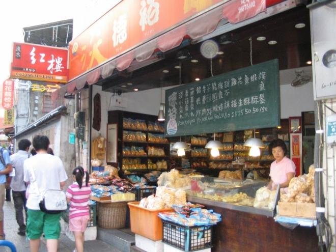 Čím dál častěji zacházíme do obchodů, které jsou typicky otevřené do ulice, což obvykle dovoluje prohlédnout si všechno zboží pohodlně zvenku.