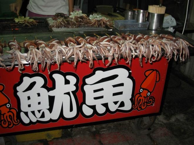 Když vás na trhu přepadne hlad, můžete si dát třeba grilovanou chobotnici.