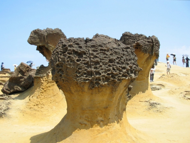 """Těmto objektům se zde říká """"houby"""". Jejich horní část, která je tvořena odolnější horninou, mívá """"plástvový"""" povrch. Pokud jsem správně pochopil, tento reliéf vzniká díky usazené organické hmotě, jež se zde takto zajímavě rozkládá."""