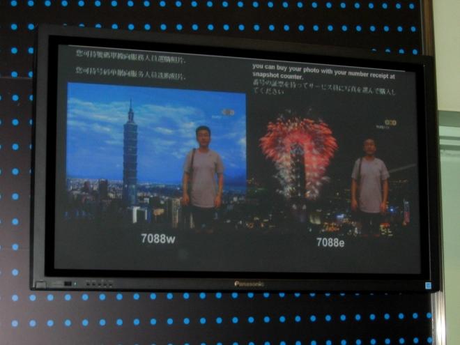 Zájemci si mohou za patřičnou sumu pořídit portrét s mrakodrapem namontovaným na pozadí, pokud to mají zapotřebí.