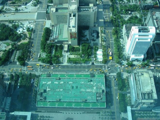 Jak se dalo čekat, výhledy jsou úžasné. Takto vypadá z výšky oblast při severním úpatí budovy.