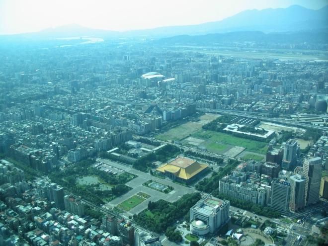 Pohled na severozápad, kde zaujme zejména pamětní budova věnovaná Sunjatsenovi, prvnímu prezidentovi Čínské republiky (ta se žlutočervenou střechou). Vlevo v pozadí je ještě vidět řeka a kopec, tam někde daleko bydlíme.